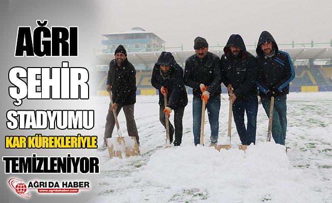 Ağrı Şehir Stadyumu Kar'ı Temizleniyor