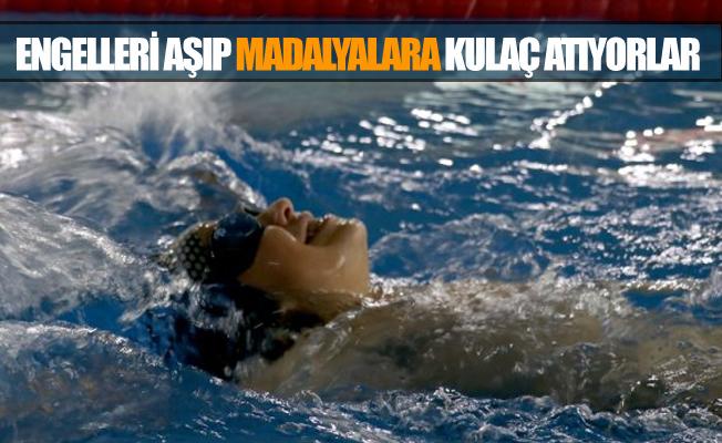 Engelleri Aşıp Kulaç Atarak Şampiyonanın Mutluluğunu Yaşıyorlar