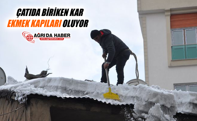 Ağrı'da Çatıda Biriken Kar Vatandaşların Ekmek Kapıları Oldu