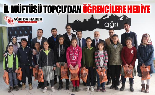 Ağrı İl Müftüsü Tandoğan Topçu'dan Öğrencilere Hediye