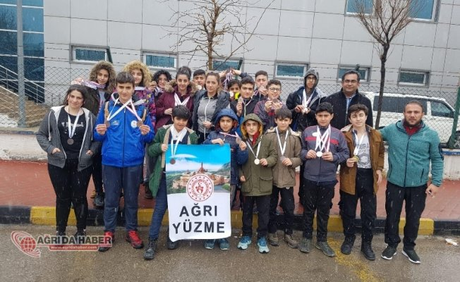 Ağrı'lı Yüzücülerden 64 Madalya