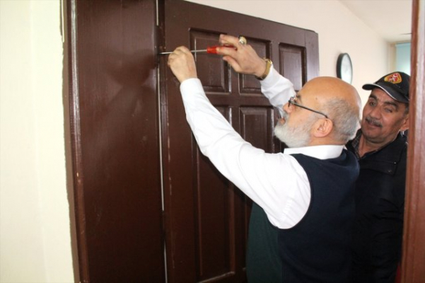 Ağrı Belediyesi İtfaiye Müdürü Makam Odasının Kapısını Söktü