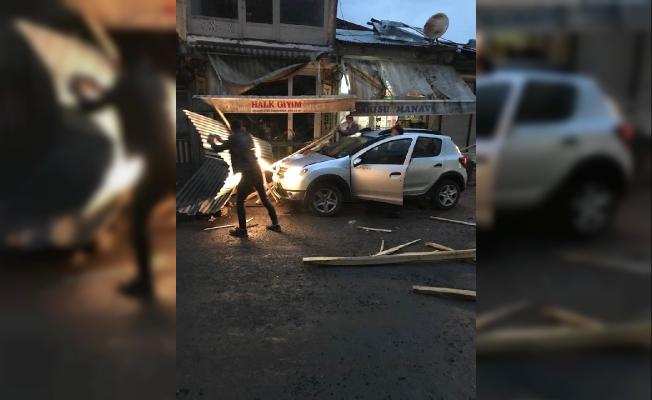 Patnos'da Etkili Rüzgar Arabalara Zarar Verdi