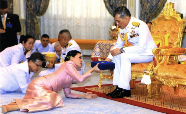Tayland Kralının Teni Eşi Generali Oldu