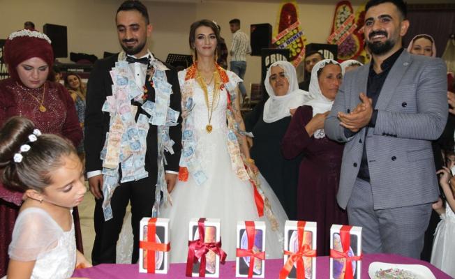 Düğününde Abisi 5 Adet telefon taktı!