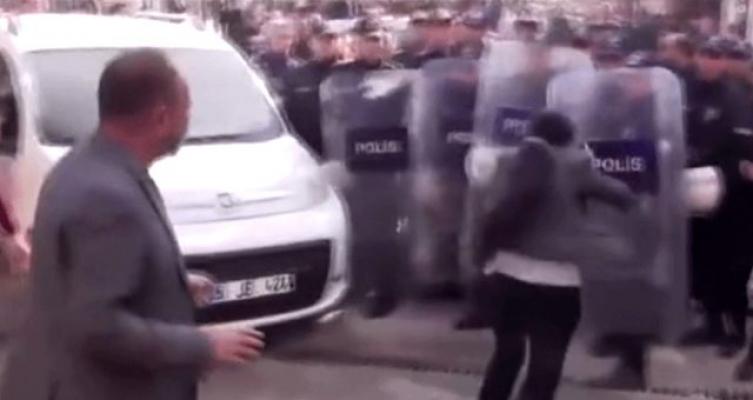 HDP'li Milletvekili Polis Kalkanına Kafa Attı!