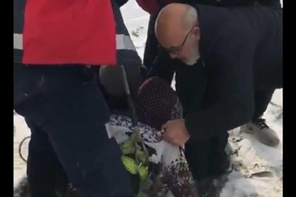 Ağrı Belediyesi Ekipleri Su Kuyusuna düşen Yavru Köpekleri Kurtardı