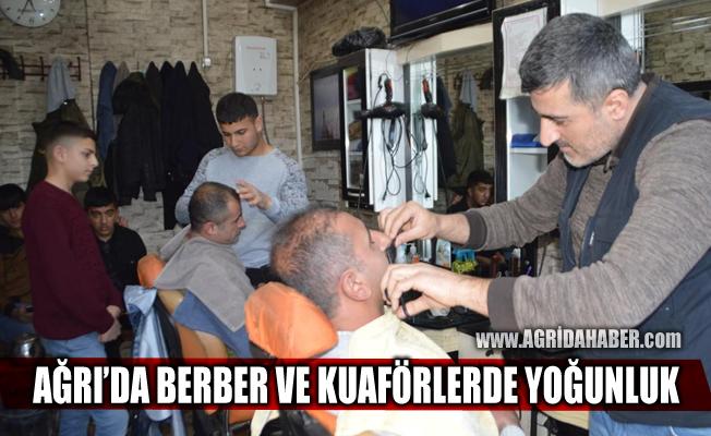 Berberlerin kapanacağını duyan Ağrılı vatandaşlar tıraş olmak için sıraya girdi