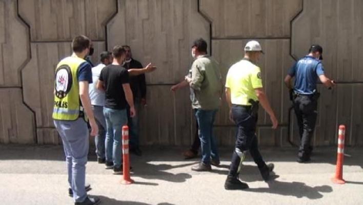 Ehliyetsiz sürücü polise bıçakla saldırdı!