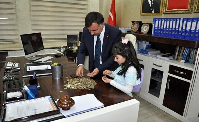 Minik Kardelen Ağrı'da 'Biz Bize Yeteriz Türkiyem' kampanyasına kumbarasını bağışladı