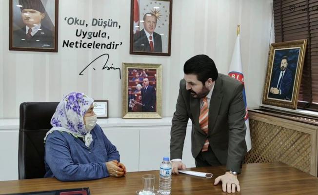 Ağrı Belediye Başkanı Savcı Sayan'dan Yaşlı Teyzeye Yardım Eli!