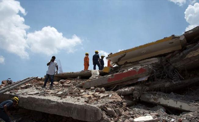 Hindistan'da bir bina çöktü!