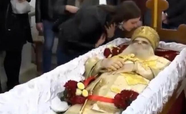 Koronavirüsten Ölen Başpiskoposu Öperek Defnettiler