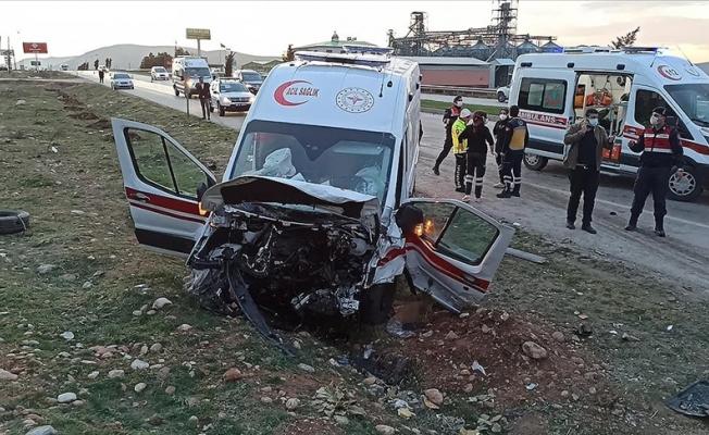 Kahramanmaraş'ta ambulans ve otomobil çarpıştı!