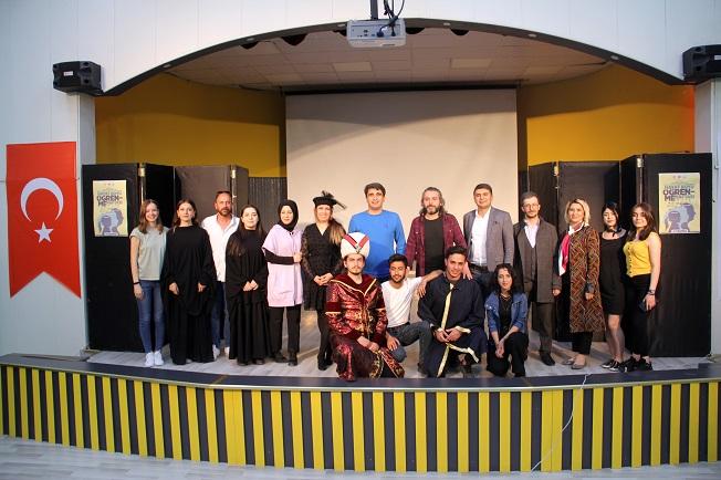 Ağrı'da Tiyatro Oyununda Şehit Öğretmenler Unutlmadı
