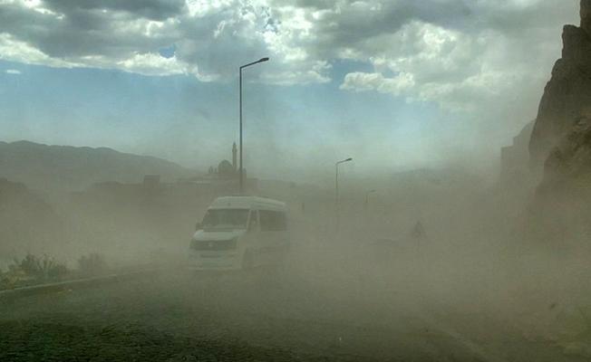 Doğubayazıt'ta etkili olan fırtına vatandaşa zor anlar yaşattı