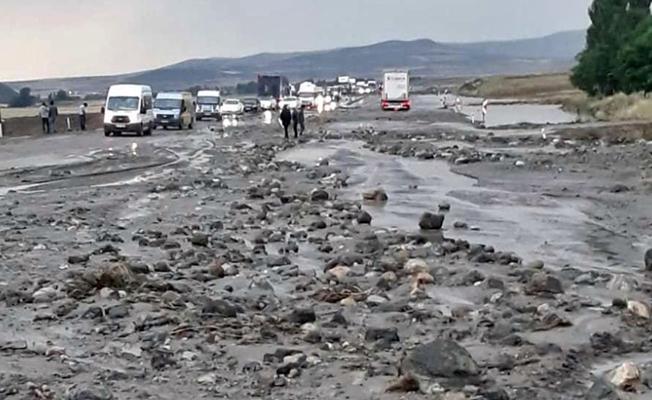 Ağrı'da Sel Suları Karayolunu Trafiğe Kapattı!