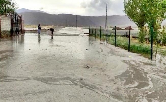 Doğubayazıt'ta sağanak yağış sele neden oldu
