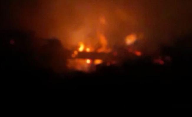 Hamur'da tezek yığınlarını alevler sardı