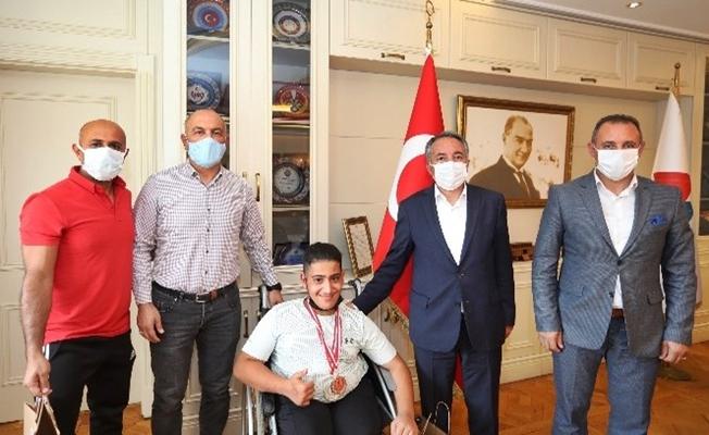 Rektör Karabulut, başarılı sporcuyu kutladı