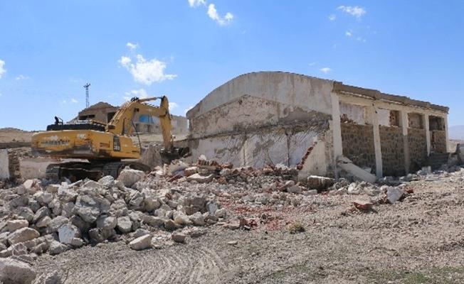 Diyadin'de metruk binaların yıkımına başlandı