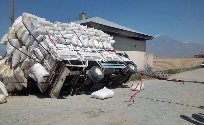 Doğubayazıt'ta saman yüklü kamyonet devrildi