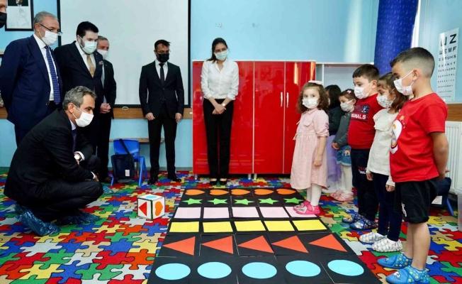 Bakanı Özer, öğrencilerle satranç oynadı