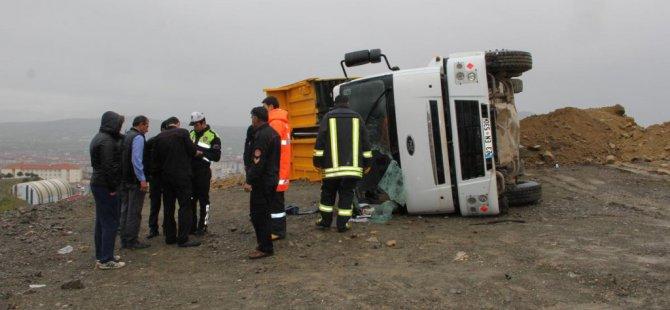 Elazığ'da kamyon devrildi: 2 yaralı