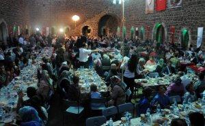 Erzurum Valisi Ahmet Altıparmak, Aziziye Tabyası'nda düzenlenen programda şehit yakınları ve gazilerle iftar yaptı.