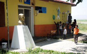 Köy okullarını güzelleştirmek için çalışıyorlar