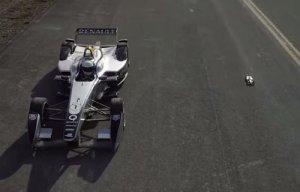 Formula E yarış arabası uzaktan kumandalı model arabaya karşı