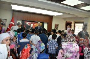 Kur'an kursu öğrencilerinden Vali Büyükersoy'a ziyaret