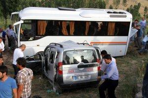 Van'da minibüs kamyonetle çarpıştı: 3 yaralı