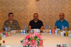 Vali Canbolat'tan, İl Jandarma Komutanı Özfidan'a veda yemeği