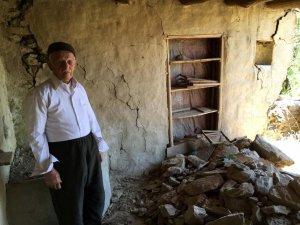 Evi yıkılan 90'lık dede yardım bekliyor