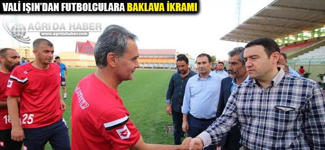 Vali Işın'dan futbolculara baklava ikramı