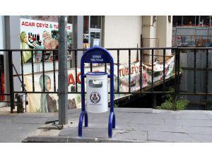 Bitlis'teki Kaldırımlara Çöp Kovaları Monte Edildi