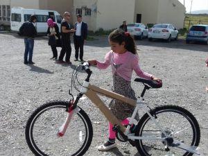 Çaldıran'da 64 Öğrenciye Bisiklet Dağıtıldı