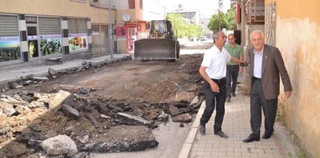 Muş'ta Belediyesinin Yol Yapım Çalışmaları Devam Ediyor