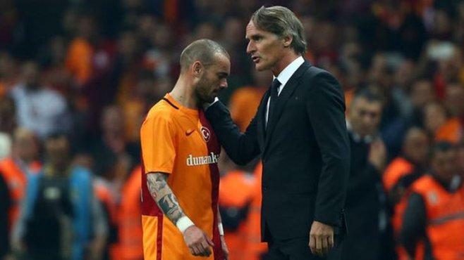 Riekerink, Sneijder ile dertleşti ve perdeyi sen aç Sneijder dedi !