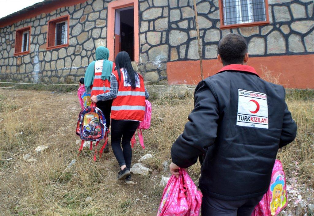 İhtiyaç sahibi Bin Öğrenciye Kızılay'dan Kırtasiye Yardımı