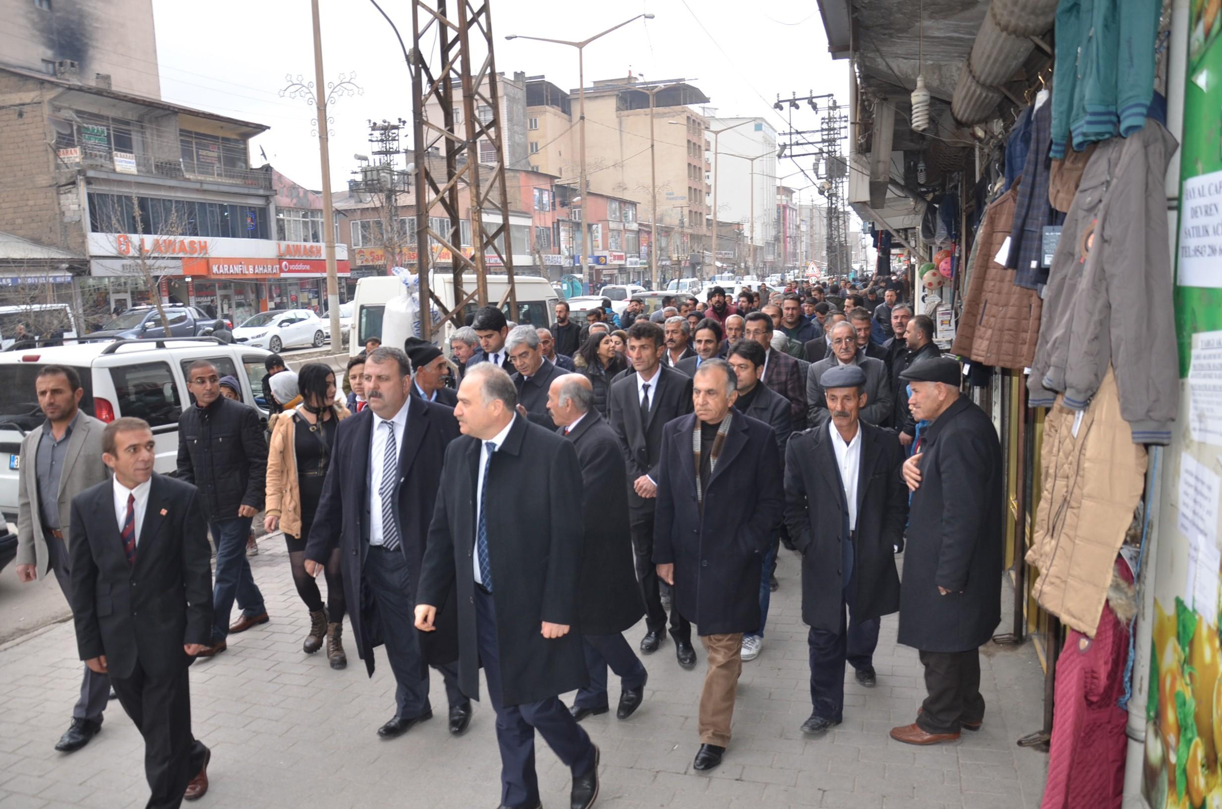 Chp Heyeti Yüksekova'da esnafları ziyaret ederek vatandaşlarla sohbet etti