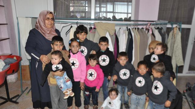 32 Suriyeli aileye giyim ve gıda yardımı