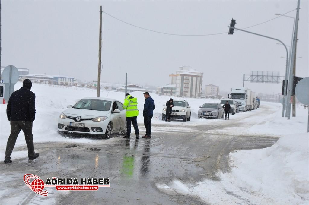 Hamur-Van Karayolunda kar ve tipi ulaşımı aksattı