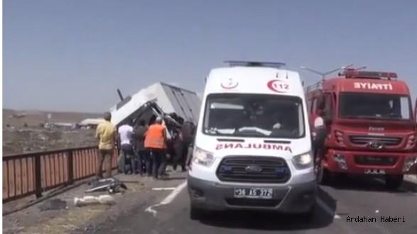 Korkuluklara Çarpan Kamyon Köprüde Asılı Kaldı