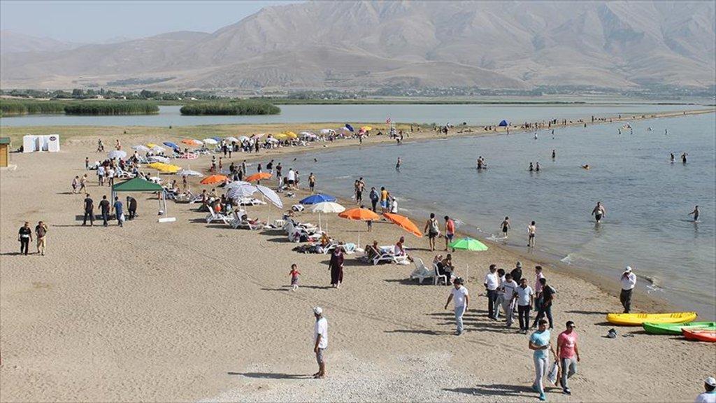 Van'daki Halk Plajına Yoğun İlgi Gösterildi