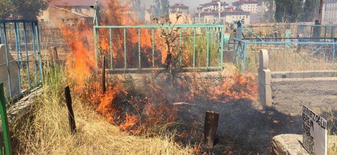 Ağrı'da Mezarlıkta Çıkan Yangın'da çok sayıda Kabir Zarar  gördü