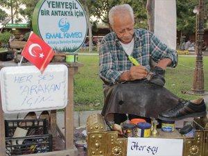 Arakanlı Müslümanlar İçin Ayakkabı Boyuyor