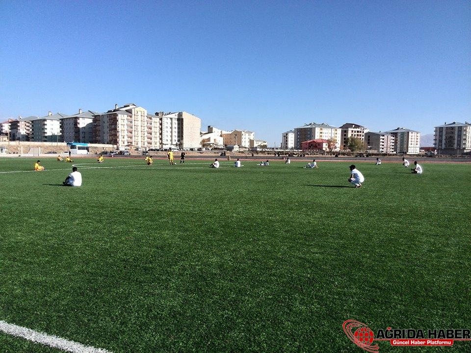 Futbol Maçında Oturarak Eylem Yaptılar