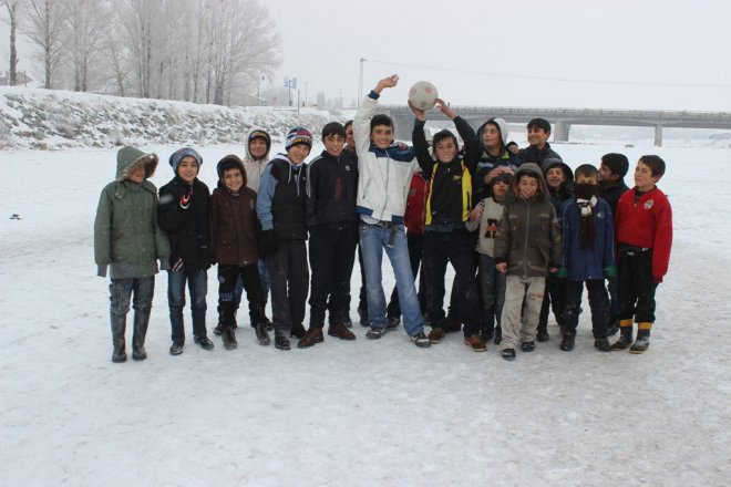 Buz Tutan Nehir Üzerinde Futbol Oynadılar